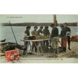 33 BASSIN ARCACHON. Parqueurs au Triage des Huîtres sur les Bords du Bassin