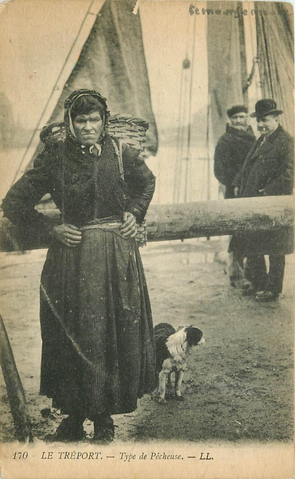 76 LE TREPORT. Type de Pêcheuse avec son Chien
