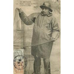 56 EN BRETAGNE. Pêcheur examinant ses filets au Port 1908