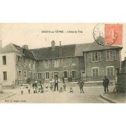 18 MEHUN-SUR-YEVRE. Grosse animation devant l'Hôtel de Ville 1930. Impeccable