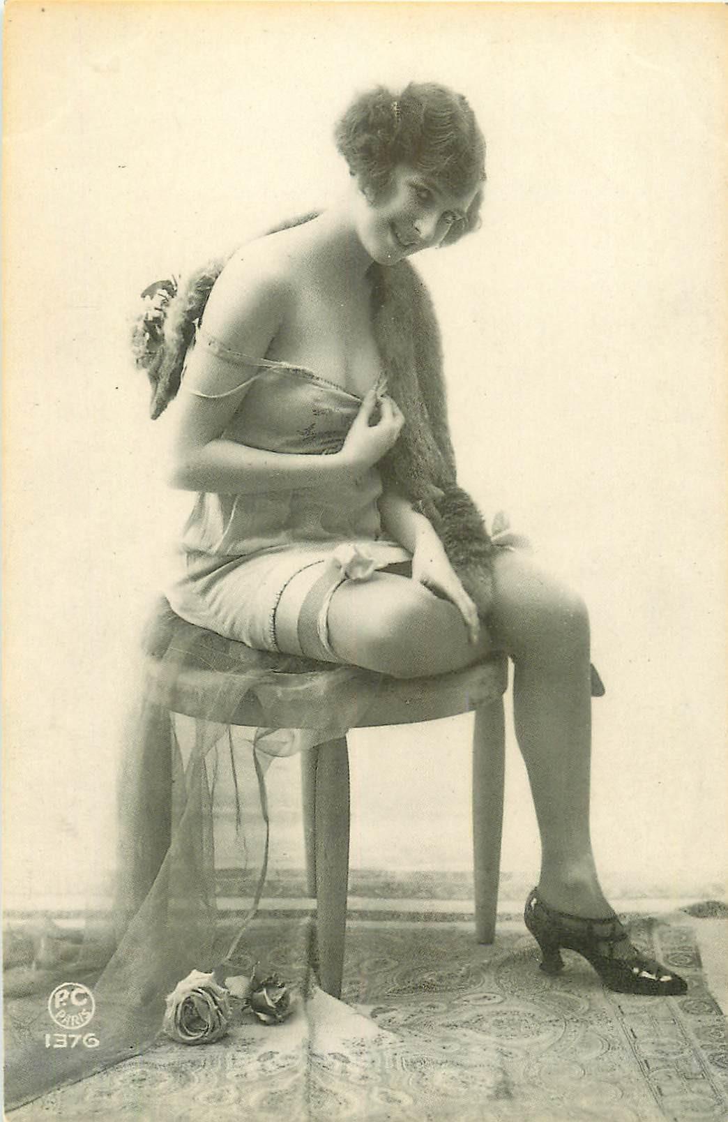 PIN-UPS. Superbe femme des années 1930 en déshabillé et bas
