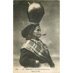 29 MORLAIX. Vieille Porteuse d'eau fumant sa Pipe 1912