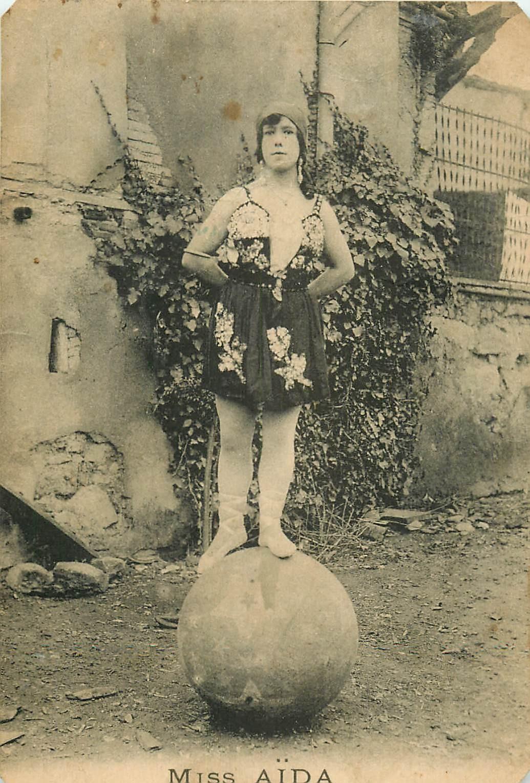 SPECTACLES CIRQUE. Miss Aïda équilibriste sur un ballon