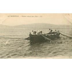 13 MARSEILLE. Pêcheurs retirant leurs filets de Pêche avec Poissons