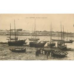 56 GAVRES. Barques de Pêcheurs dans le Port à basse Mer 1925