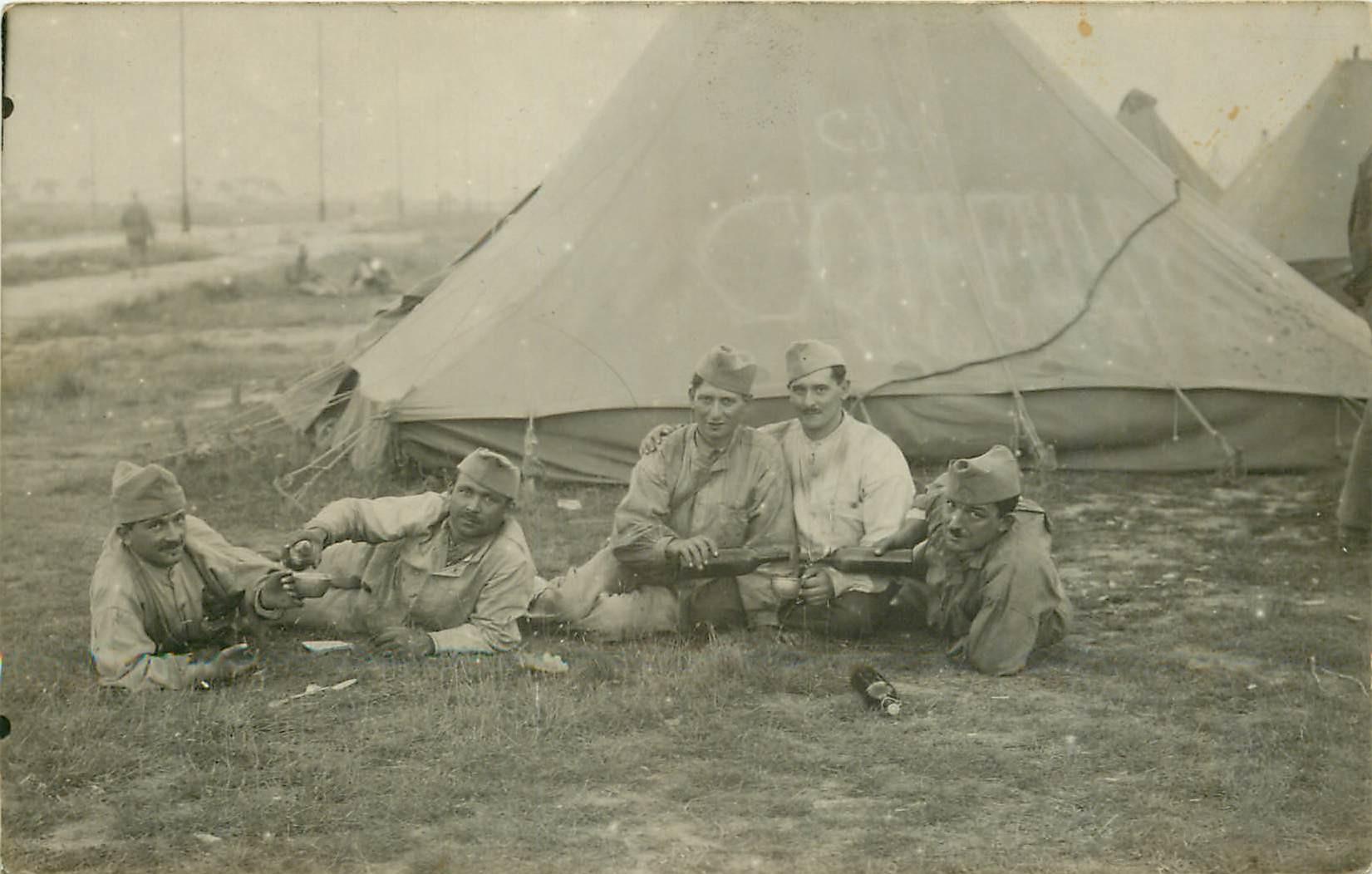 MILITARIA. Rare Photo Carte postale de Militaires devant la tente du Coiffeur