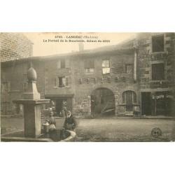 43 LANGEAC. Femme à la Fontaine devant le Portail de la Boucherie