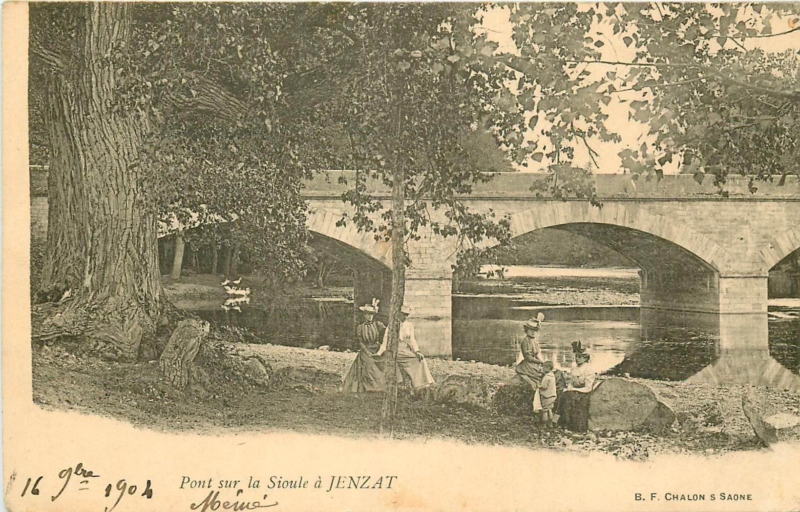 03 JENZAT. Belles élégantes près du Pont sur la Sioule 1904