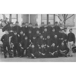 Superbe et rare Photo carte postale. Groupe de Militaires du 21° Régiment d'Infanterie à la Caserne