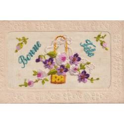 BONNE FETE. Carte en fil de soie brodée sur un voile 1919 corbeille de Fleurs