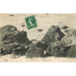 carte postale ancienne 14 TROUVILLE. Elégante sur les Roches Noires 1912