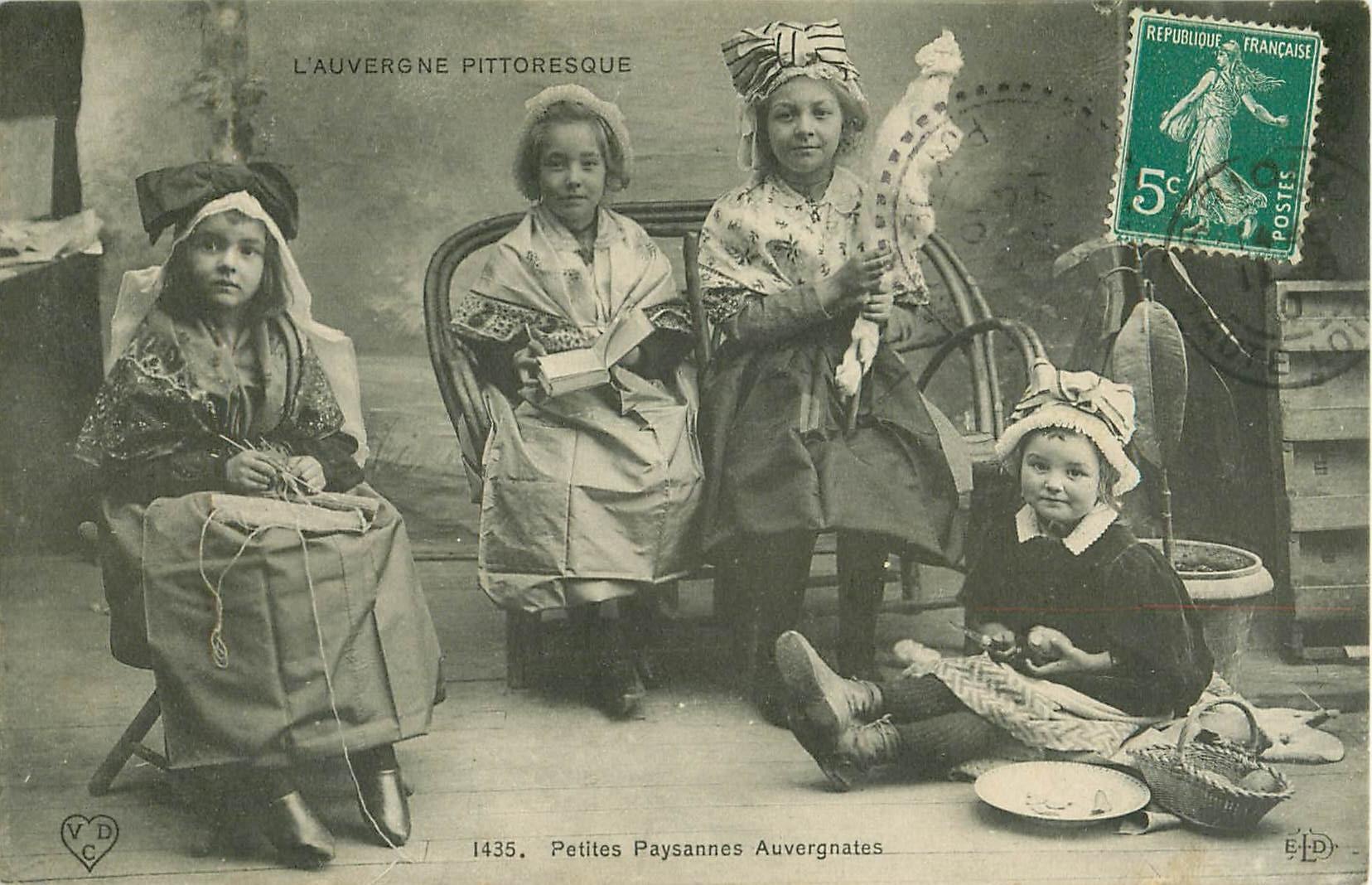 63 PETITES PAYSANNES AUVERGNATES. Couture, lisant un livre, filant et cuisinant 1910
