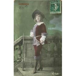 """Spectacle. Par Reutlinger """" DORGERE """" artiste en mousquetaire 1909"""