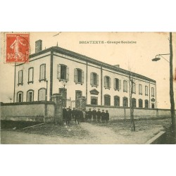 81 BRIATEXTE. Elèves devant le Groupe Scolaire 1912