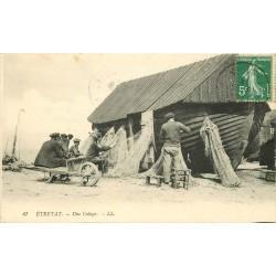 76 . ETRETAT. Pêcheurs réparant leurs filets autour d'une Caloge 1913