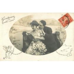 """COUPLES. Amoureux avec femme lisant un livre de """" La Fontaine """" 1911 avec Cupidon"""