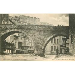 63 THIERS. Personnages sous le Pont de Seychalles vers 1900