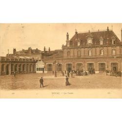 59 DOUAI. Attelages et voiture devant la Gare 1923