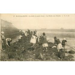 59 MALO-LES-BAINS. La Pêche aux Moules à marée basse sur la Jetée 1929