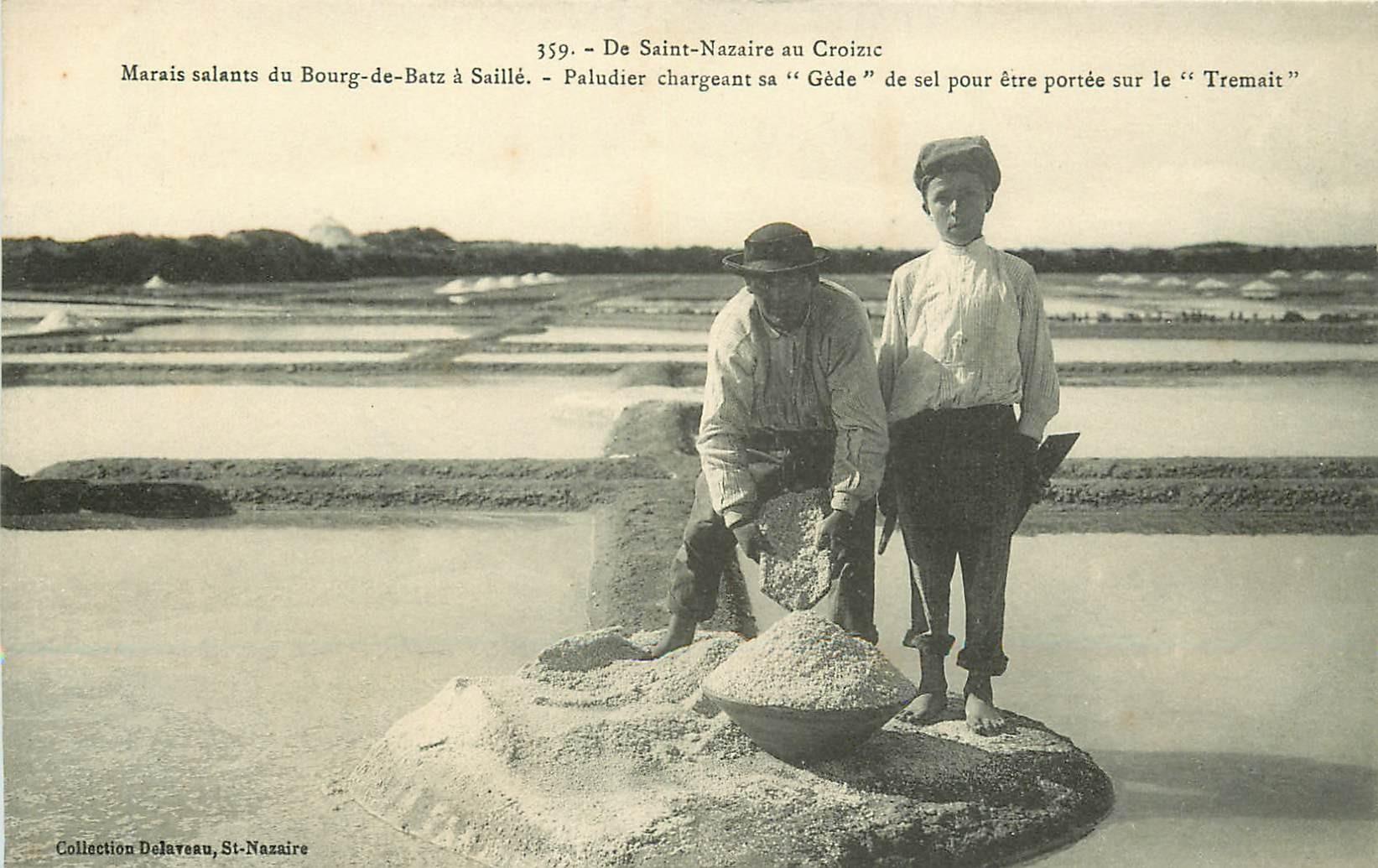 44 Marais salants du Bourg-de-Batz à Saillé. Paludier chargeant sa Gède de sel portée sur le Tremait