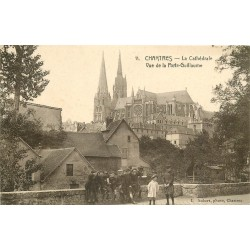 28 CHARTRES. Groupe d'écoliers à la Porte Guillaume et vue sur la Cathédrale