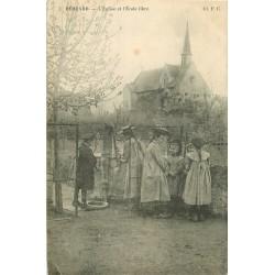 49 BEHUARD. Ecolières de l'Ecole libre devant la pompe à eau et l'Eglise 1918