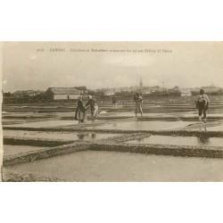 56 CARNAC. Paludiers et Paludières ramassant du sel aux Salines de Bréno 1924