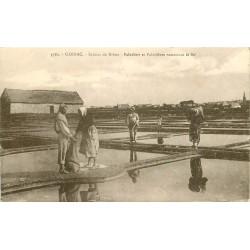 56 CARNAC. Paludiers et Paludières ramassant du sel aux Salines de Bréno