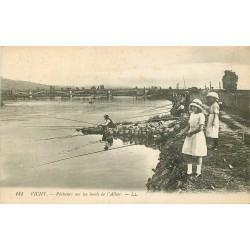03 VICHY. Pêcheurs sur les bords de l'Allier
