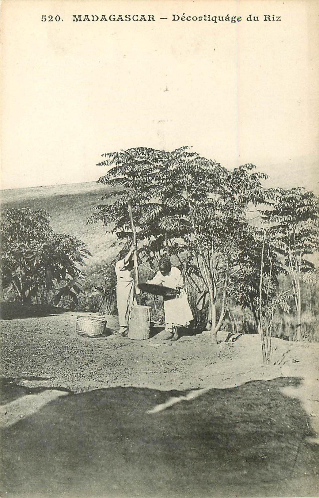 MADAGASCAR. Décorticage du Riz vers 1900