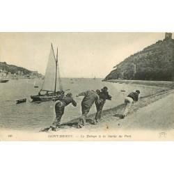 22 SAINT-BRIEUC. Le Halage d'un bateau par des Pêcheurs à la Sortie du Port