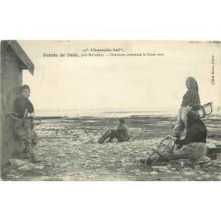 17 POINTE DE DAIR. Pêcheuses d'Huîtres attendant la basse mer 1911