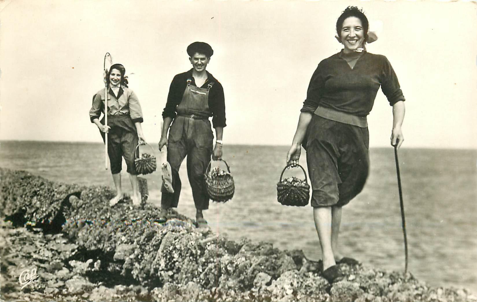 17 ILE DE RE. Jeunes Pêcheuses d'Huîtres photo cpa 1970