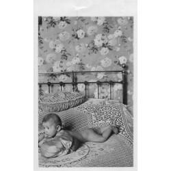 PHOTO CARTE POSTALE à identifier. Magnifique Bébé nu sur le lit