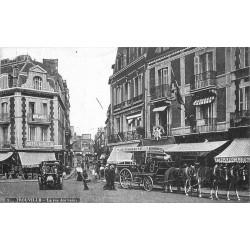 """14 TROUVILLE. Bel attelage """" La Favorite """" Rue des Bains et Hôtel de Metz"""