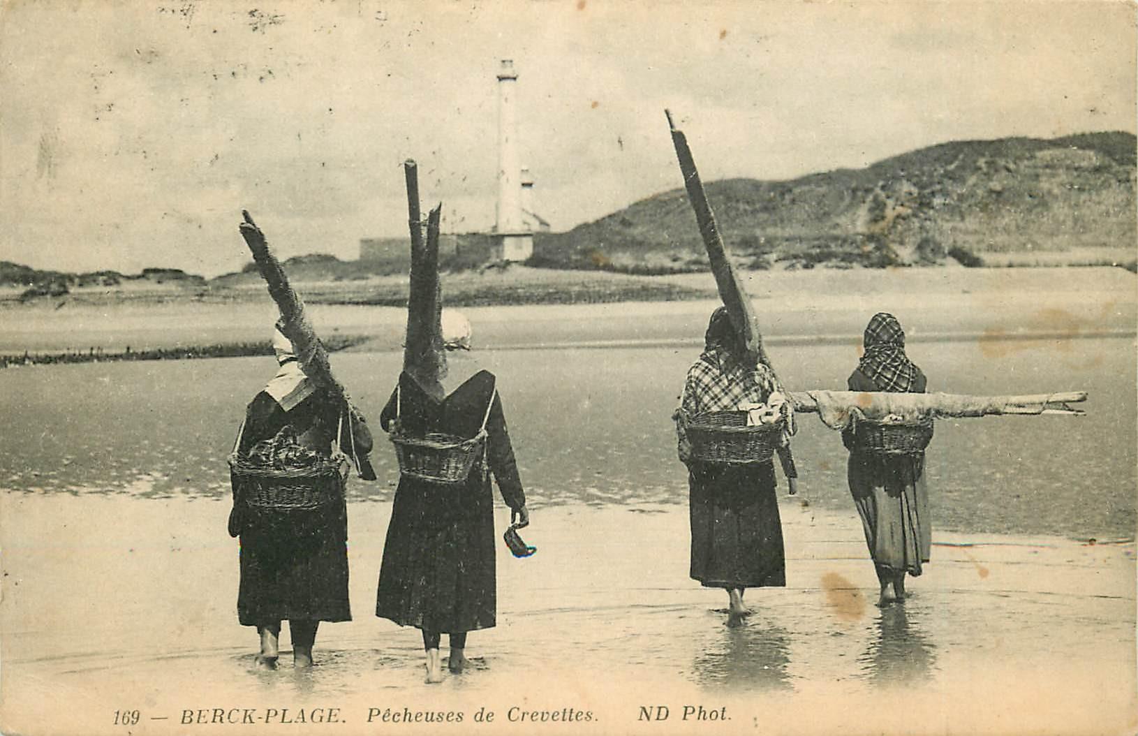 62 BERCK-PLAGE. Pêcheuses de Crevettes vers 1910