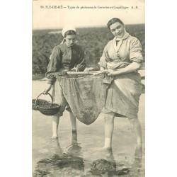 17 ILE DE RE. Types de Pêcheuses de Crevettes et Coquillages 1910