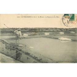 44 LE POULIGUEN. La Récolte du Sel Menu au Marais par un Paludier