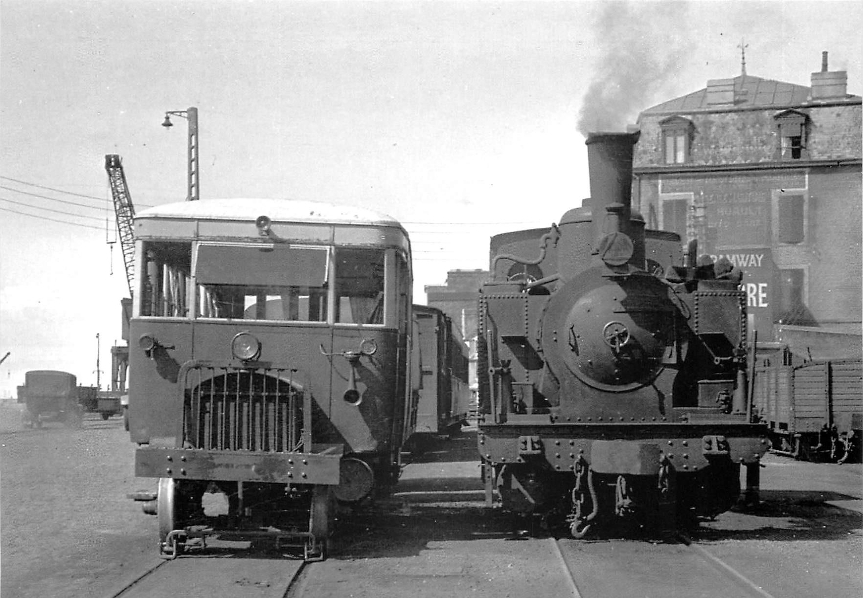50 GRANVILLE. Une Automotrice Verney et une Locomotive Weidknect