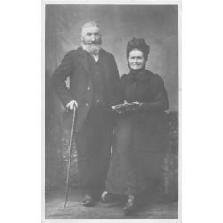 PHOTO Carte Postale à identifier. Couple d'anciens avec journal