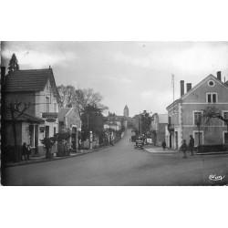 24 THIVIERS. Pompes à essence et Gendarme rue du Général Lamy 1952