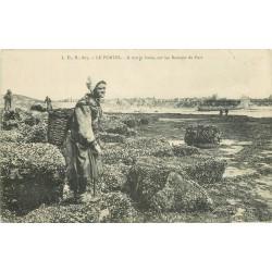 62 LE PORTEL. Chercheuse de Crustacés à marée basse sur les Rochers du Fort 1912