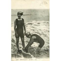 14 TROUVILLE. Jeunes baigneuses en maillot de bain une pièce