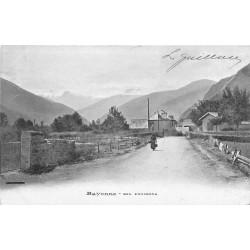 64 BAYONNE. Femme sur un Chemin 1905