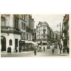 41 BLOIS. Bar tabac et agent de la circulation rue Denis-Papin avec voitures anciennes