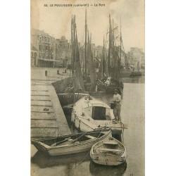 44 LE POULIGUEN. Marin Pêcheur nettoyant son Bateau au Port 1933