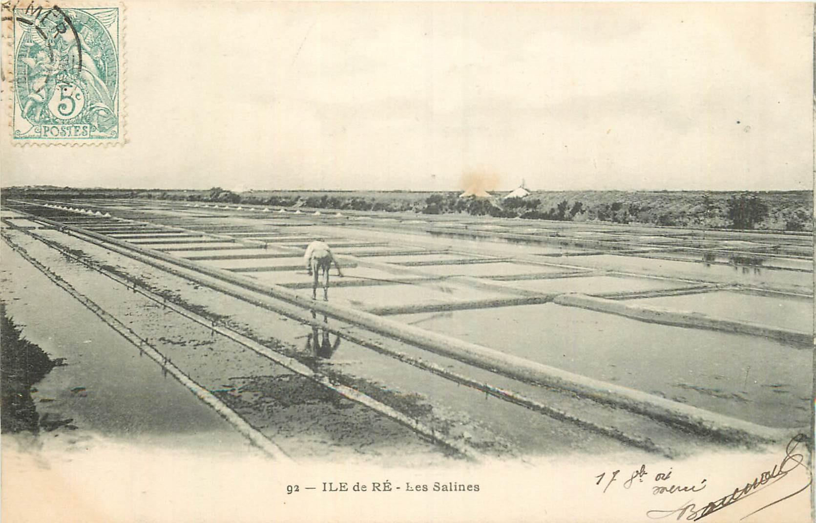 17 ILE DE RE. Paludier dans les Salines vers 1904
