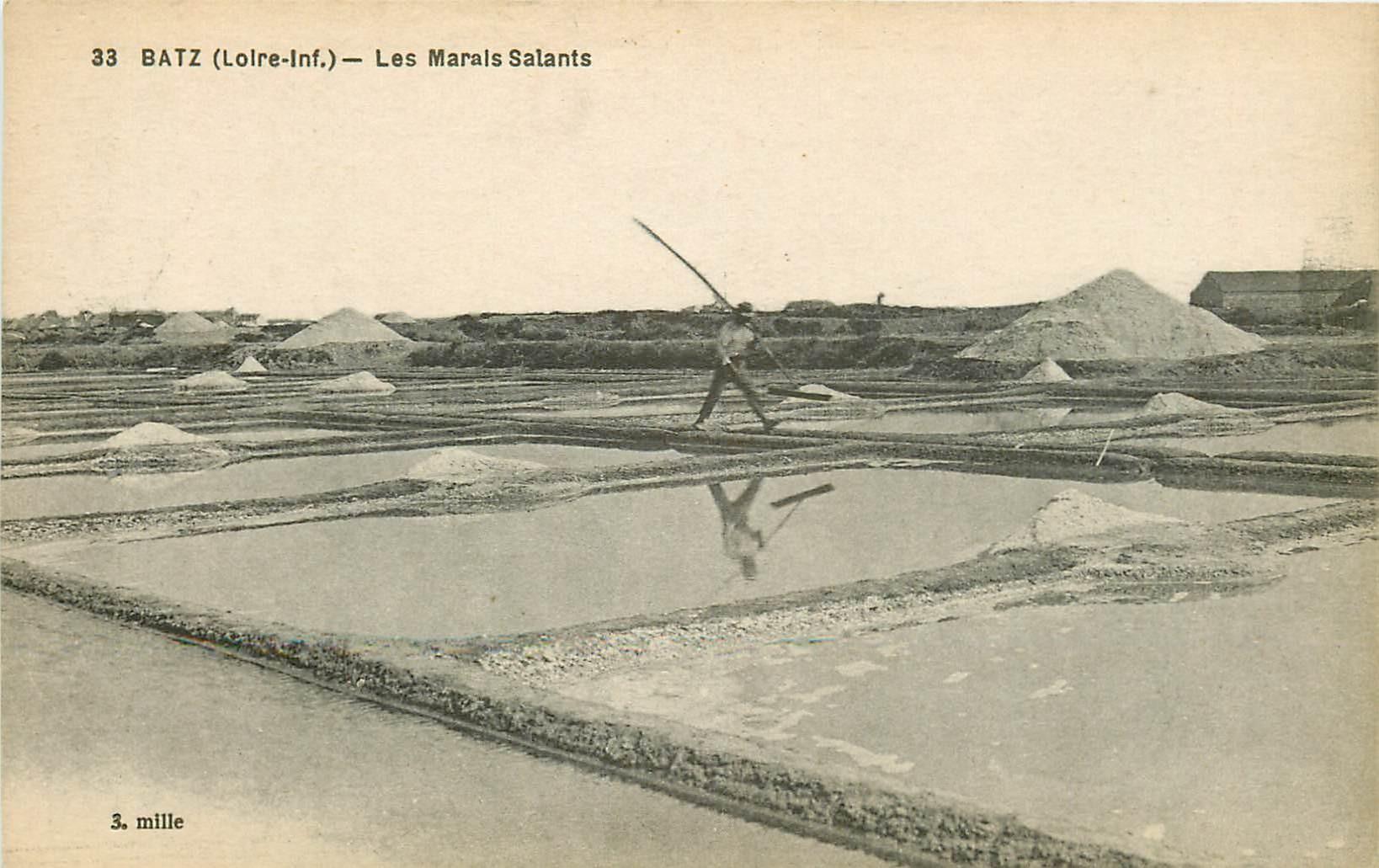44 BATZ-SUR-MER. Paludier dans les Marais Salants sel et mulons