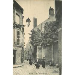 41 BLOIS. Elégantes devant étude de Notaire rue Pierre de Blois