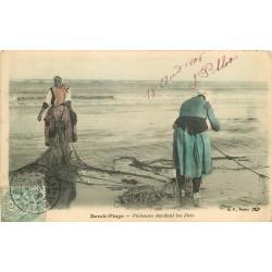 62 BERCK PLAGE. Pêcheuses étendant les filets de pêche 1906